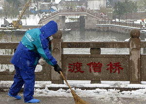 Sweeping snow in Suzhou